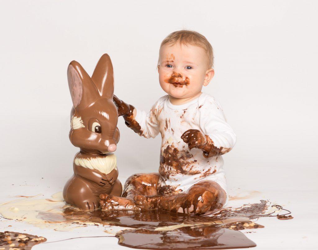 Kleines Baby mit Schokoladen-Osterhase