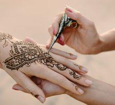 ¡Cuidado! Esta pequeña se hizo un tatuaje de henna y resultó con terribles marcas