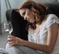 ¿Bebes alcohol? ¡Cuidado! Aumenta el riesgo de síndrome premenstrual